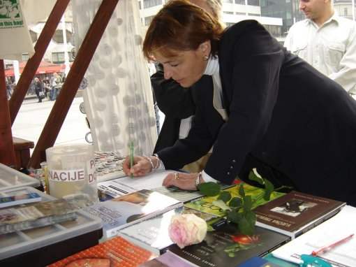 Vesna Pusic signing the petition