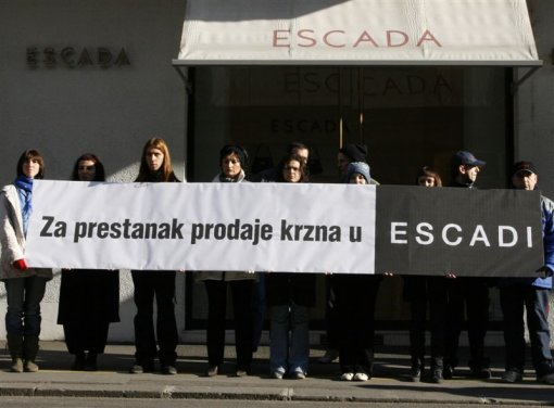 Protest in front of ESCADA 4 [ 61.44 Kb ]