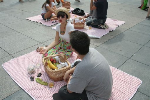 Picnic on the main square [ 95.83 Kb ]